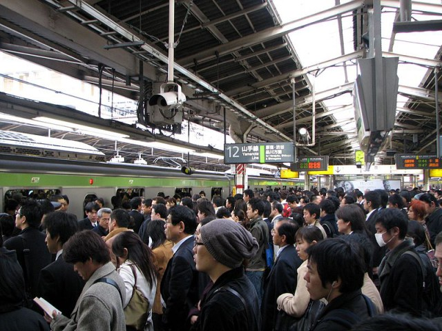 800px-Rush_hour_at_Shinjuku_02